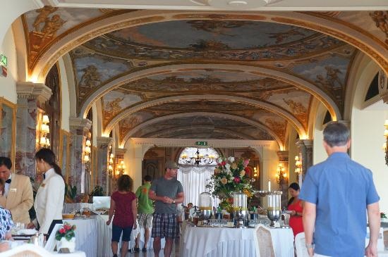 Grand Hotel Excelsior Vittoria: grand room where they serve breakfast... ceilings are breathless!