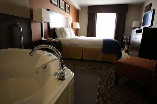 Holiday Inn Express &amp; Suites: Jacuzzi Suite