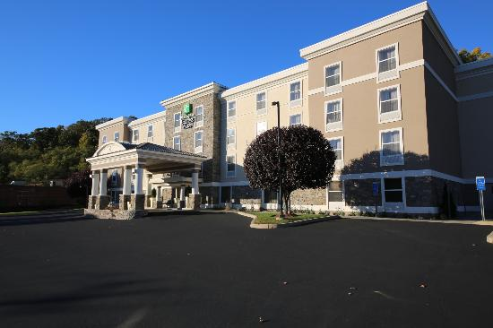 Holiday Inn Express &amp; Suites: Hotel Exterior