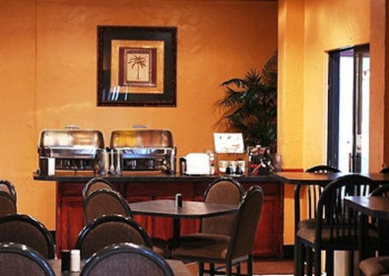Trade Winds Central Inn: Breakfast Area