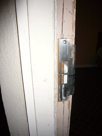 Days Inn Fairmont: Damaged Door Lock.