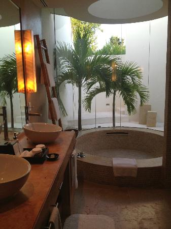 Rosewood Mayakoba: LAGOON VIEW SUITE bathroom and view to outdoor shower