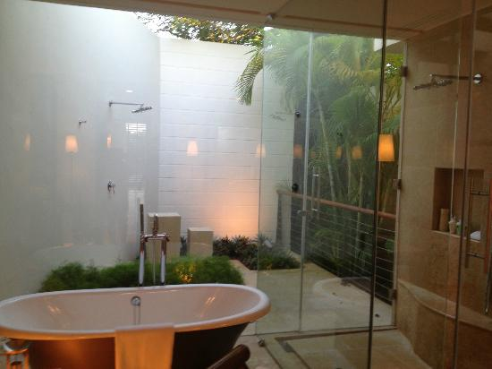 Rosewood Mayakoba: OVERWATER LAGOON SUITE bathroom and outdoor shower