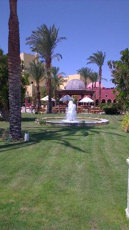 The Grand Resort: Lovely grounds out front
