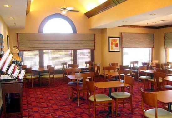 Residence Inn Fort Wayne Southwest: Breakfast Sitting Area