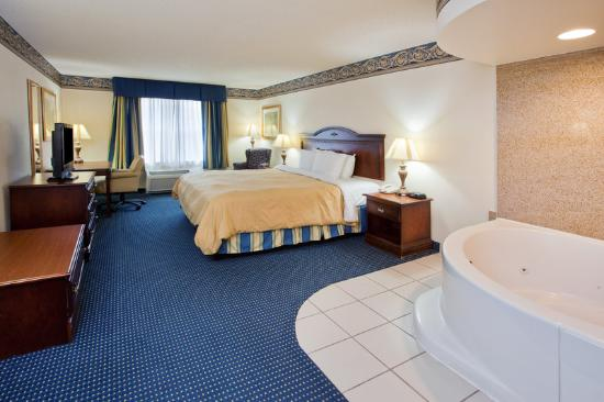 Capitol Heights, MD: CountryInn&Suites CapitolHeights WhirlpoolSuite