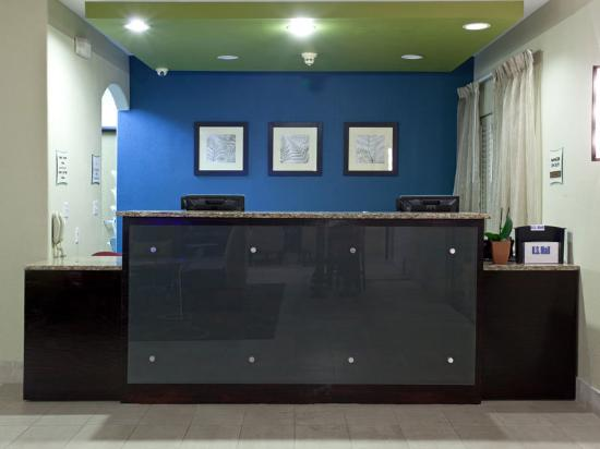 La Quinta Inn &amp; Suites Henderson: Front Desk