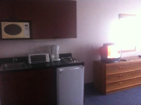 Esplanade Hotel: kitchenette with broken toaster and unstoppable water faucet
