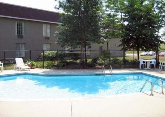 Quality Hotel & Suites Woodstock: Pool