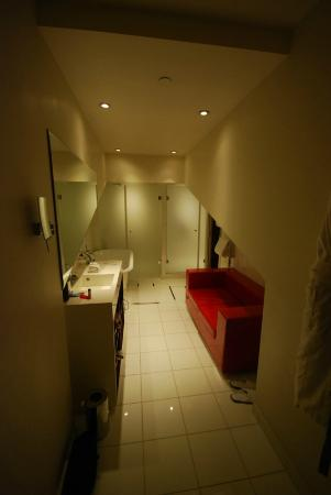 InterContinental Paris-Avenue Marceau: Lots of room! Not sure about the sofa.