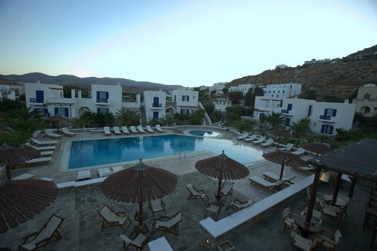 Yialos Beach Hotel: hotel &amp; grounds