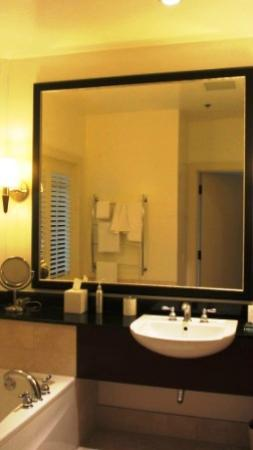 Casa Madrona Hotel and Spa: Bathroom - Deluxe Harbor View Room