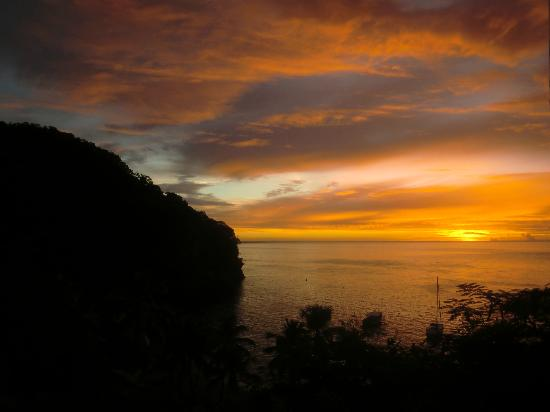 Anse Chastanet: Sunset while lounging in the bar