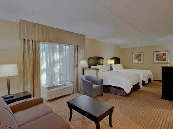 La Quinta Inn &amp; Suites Edgewood / APG South: Guest Room