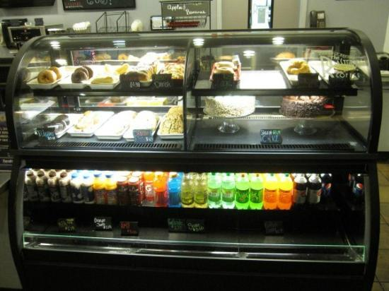 Harrah's North Kansas City: Cakes, pastries display in Coffee Shop