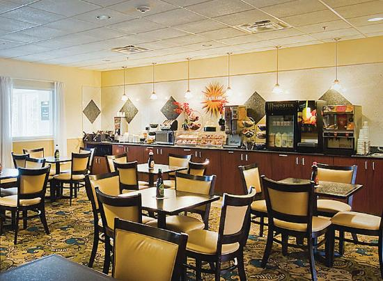 La Quinta Inn & Suites Stonington: Breakfast Area