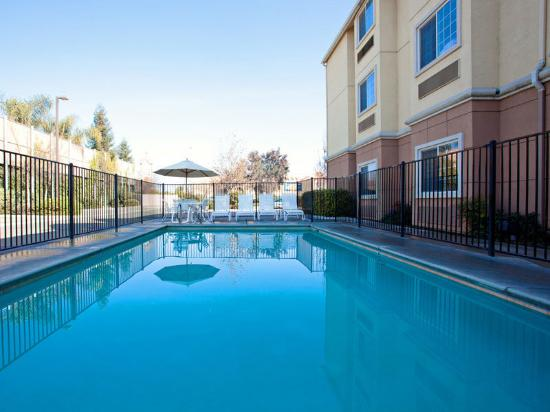La Quinta Inn & Suites Tulare: Pool
