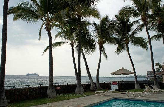 Wyndham Royal Sea Cliff: Kailua and cruise ship Pride of America from the larger pool; Kona's typical late afternoon over