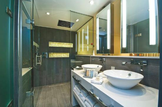 Radisson Blu Waterfront Hotel: Suite Bathroom