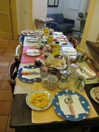 Casa Astarita Bed and Breakfast: Breakfast Table