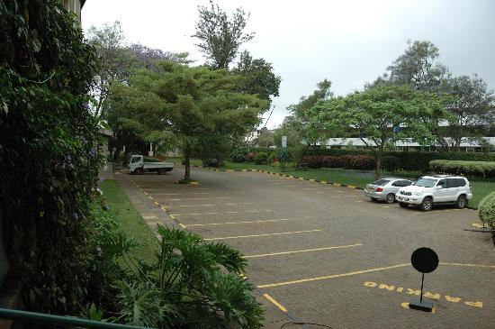 Jacaranda Hotel: Enough parking place...