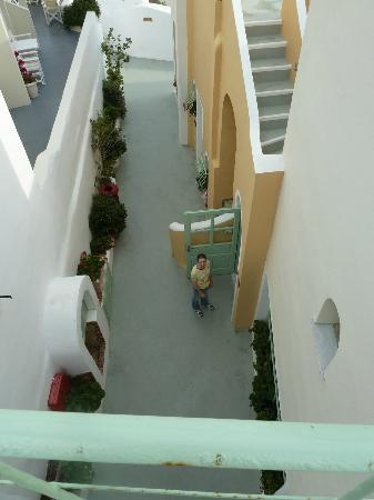 Hotel Ira: View down to the lounge area from the bridges to upper terrace