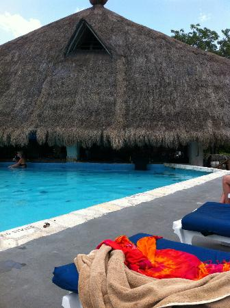 Hotel Casa del Mar Cozumel: Pool just outside the dining room with swim up bar
