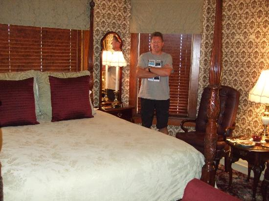 Port Washington Inn: One of the bedrooms.