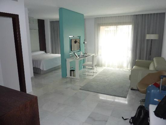 NH Algeciras Suites: Vue gnrale chambre principale et coin salon