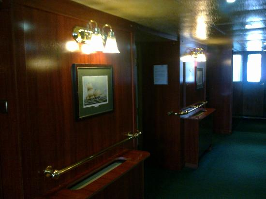 Boat Hotel Fortuna: Hall to breakfastroom