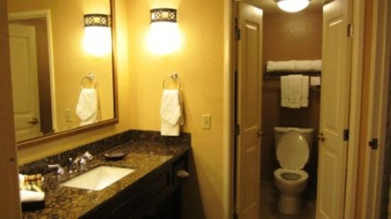 The Plaza Suites: Bathroom