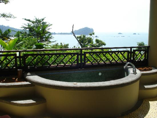 Arenas del Mar Beachfront and Rainforest Resort, Manuel Antonio, Costa Rica: Private Jacuzzi Suite