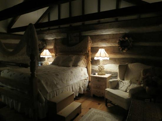 Country Road Bed and Breakfast: Log House Master Bedroom