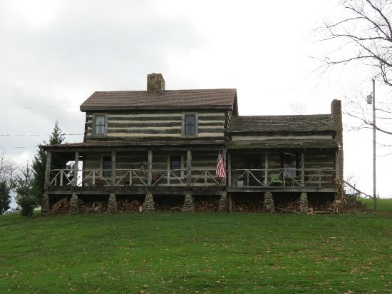 Country Road Bed and Breakfast: Log Cabin and Log House