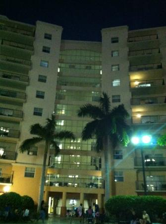 Wyndham Palm-Aire: Nightime at the pool