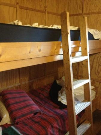 Len Foote Hike Inn: Bunk beds. Bottom bunk is made with the sheets and blanket provided. Top bunk not yet made up.