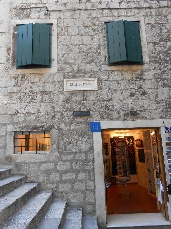 Base Rooms with souvenir shop and entrance to rooms