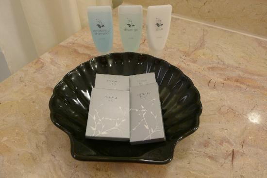 Hotel Equatorial Melaka: Toiletries - bath foam, shampoo, lotion, cotton buds, etc.