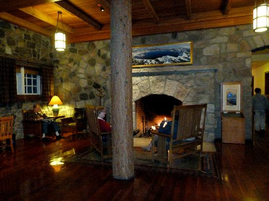 Crater Lake Lodge: Front lobby