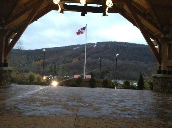 Hope Lake Lodge & Conference Center: View from the front entrance