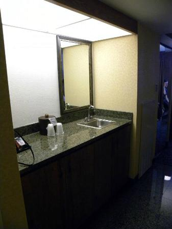 Drury Inn & Suites Frankenmuth: Wet bar area with fridge and microwave