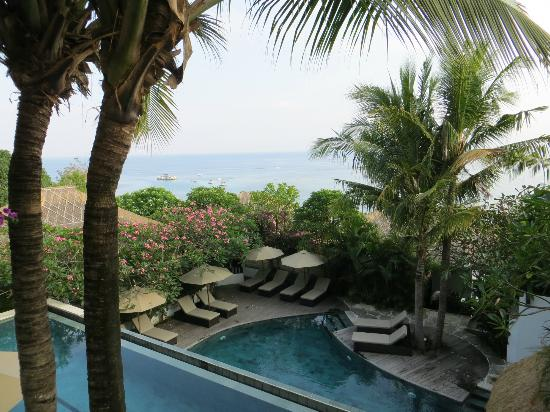 Batu Karang Lembongan Resort and Day Spa: View from the room of the middle pool and the bay