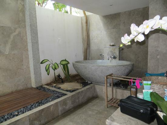 Batu Karang Lembongan Resort and Day Spa: Outdoor bathroom