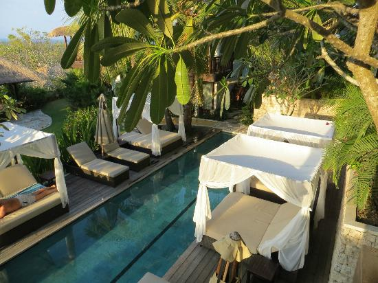 Batu Karang Lembongan Resort and Day Spa: Lovely sunbeds round the lap pool - getting the light at sunset