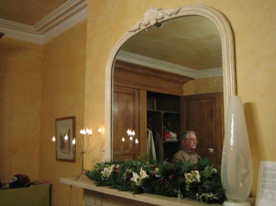 Mountview Guesthouse: A big mirror on the top of the fire place, room 1