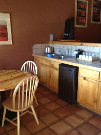 Red Cliffs Lodge: counter area in suites