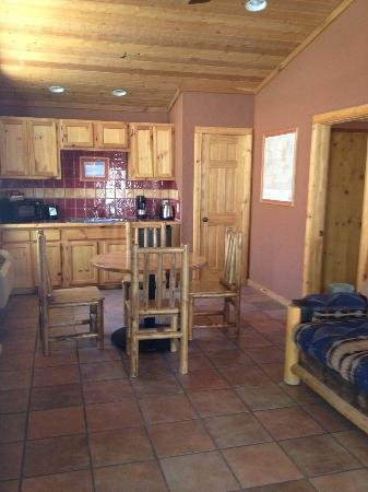 Red Cliffs Lodge: kitchen area in 2 bedroom cabin
