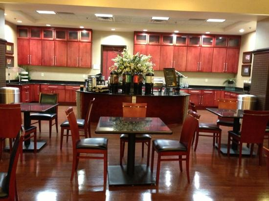 ‪‪Homewood Suites by Hilton Indianapolis-Downtown‬: facing the food buffet