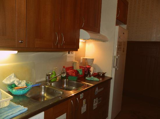 Hostel Erottajanpuisto: Hostel's organized clean kitchen
