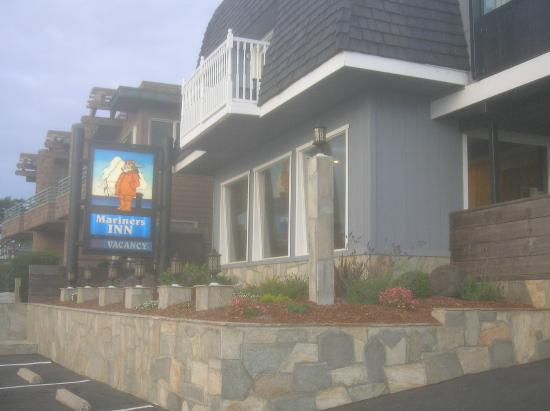 The Mariner's Inn: Front of hotel facing Moonstone Beach and hotel sign